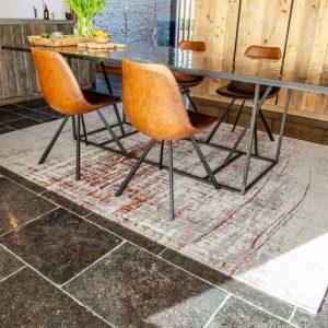 Dieses Bild zeigt den Teppich -Griff von louise de Poortere
